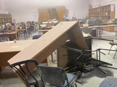 Foto's en video van door Arabische relschoppers vernielde en in brand gestoken Joodse school in Lod