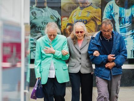 Hersenstimulatie helpt ouderen om tegelijkertijd te lopen en te praten