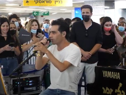 Optreden Aviv Geffen in Ichilov ziekenhuis om einde beperkingen te vieren en personeel te bedanken