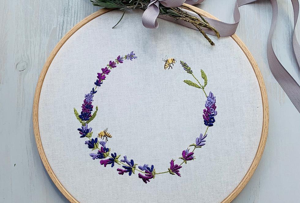 Stickrahmen mit Lavendelkranz