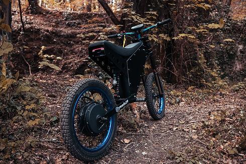 Ymade-moto-électrique-memr-v4-font-forêt.jpg