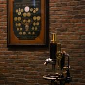 Microscópio e quadro de medalhas