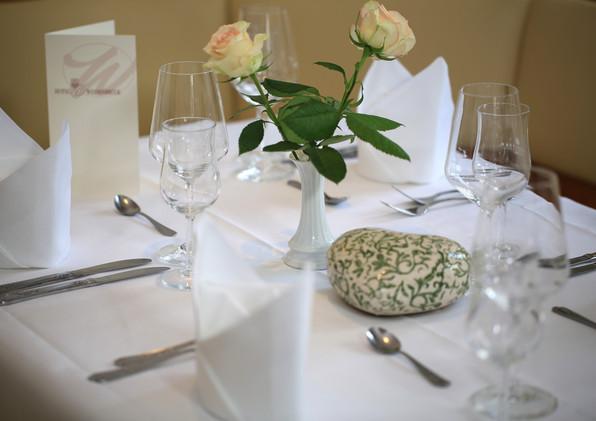 Restaurant eingedeckter Tisch.JPG