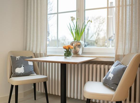 Tisch am Fenster