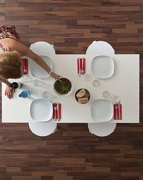 Vue du haut plancher de bois et de table