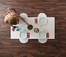 Top Blick auf Parkettboden und Tisch