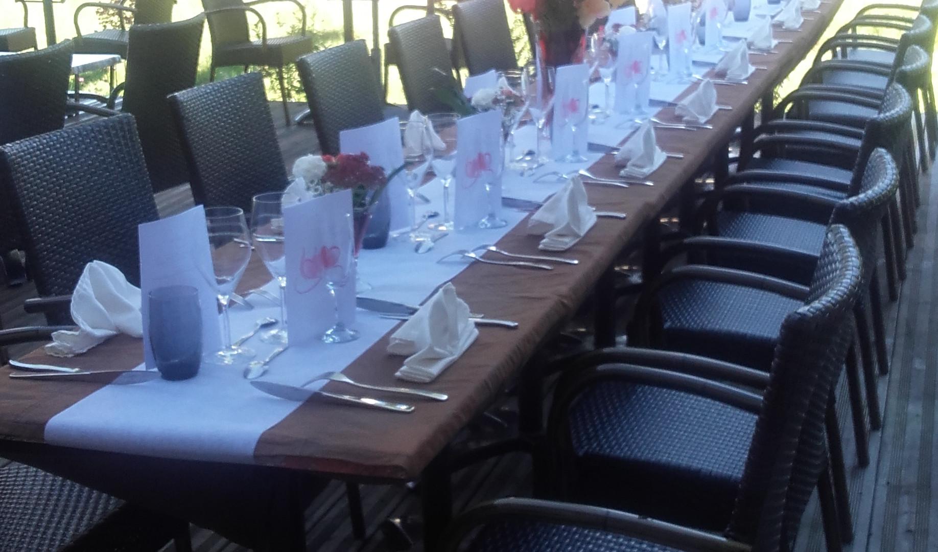 Repas de groupe en terrasse