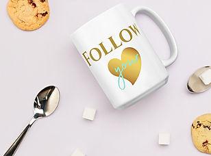 """tasse 15 oz """"Follow your heart"""" entourée de biscuits et de cuillères"""
