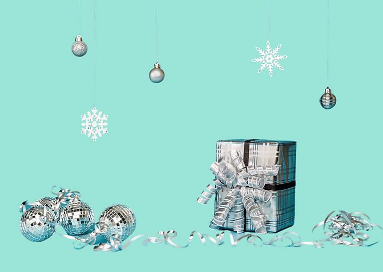 cadeaux et décorations de noël sur un fond turquoise.