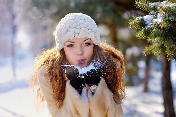 beautiful-girl-on-walk-in-the-park-in-wi