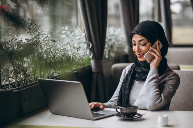 Femme travaillant à l'extérieur