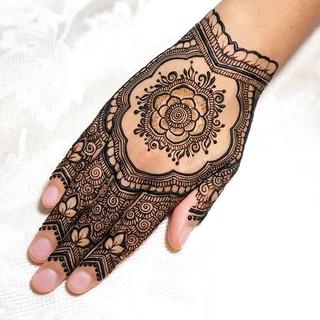 I'm really into the leafy floral theme at the moment!❤️_•_•_•_#henna #boho #hennafamily #wakeupandmakeup #indianweddingbuzz #mehndi #mehendi