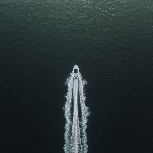 boat-deep-ocean-idyllic-leisure-570987.j