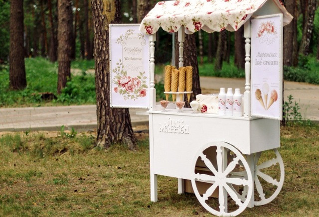 outdoor wedding ice cream bar