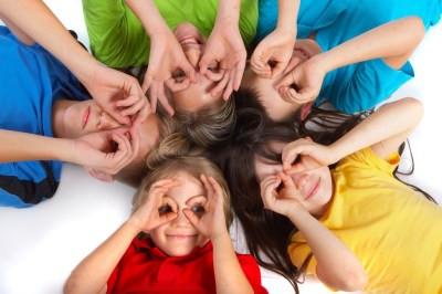 kids-lying-in-a-circle-making-goggle-eye
