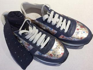 Sneakers blau mit Blumen