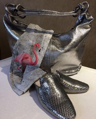 Silberne Handtasche und silberne Slipper