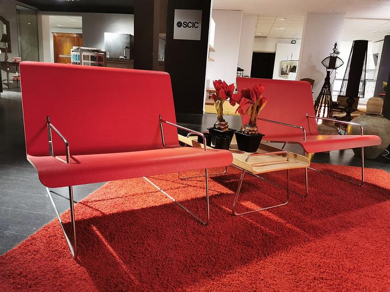 TI11 2 Poltrone multistrato curvato rivestite in pelle rossa e tavolino zebrano