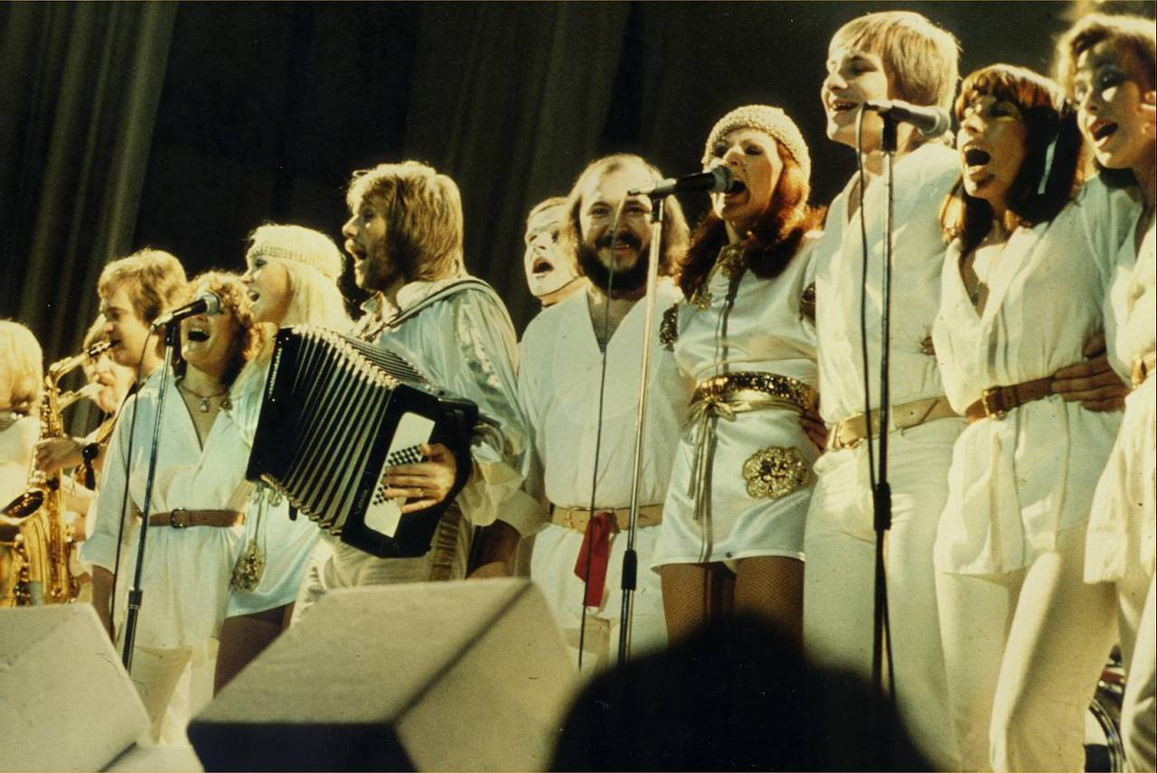 abba_onstage_with_backup_singers.jpg