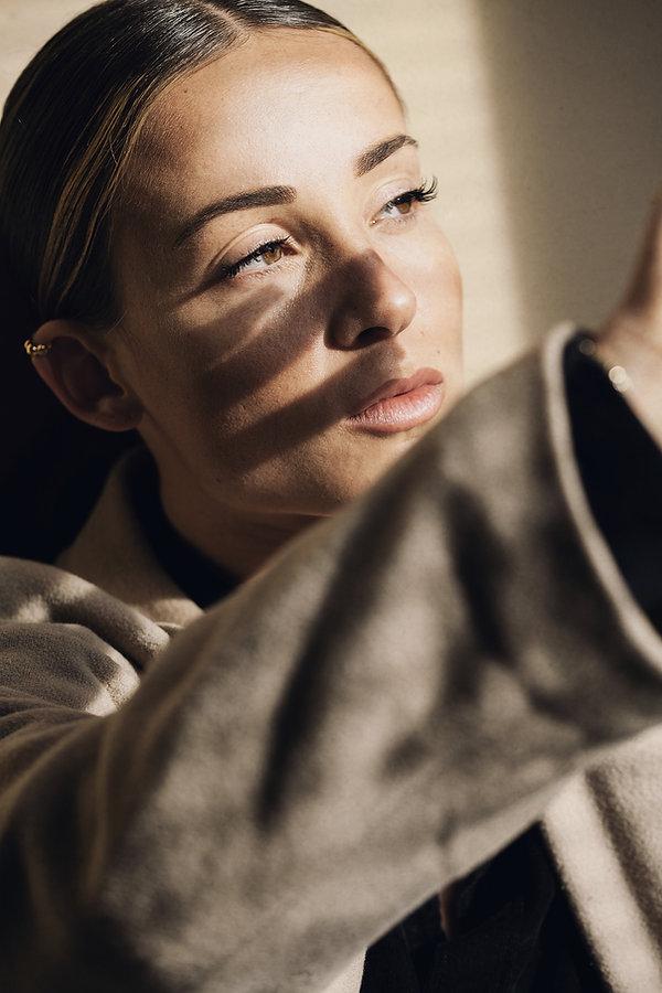 Die Portraitfotografin Adelina Hartmann bietet professionelle Portraitfotografie im Raum München und Bayern an. Ihr Fotostudio befindet sich auf dem Bahnwärter Thiel Gelände in München. Tumblingerstraße 29 80337 München