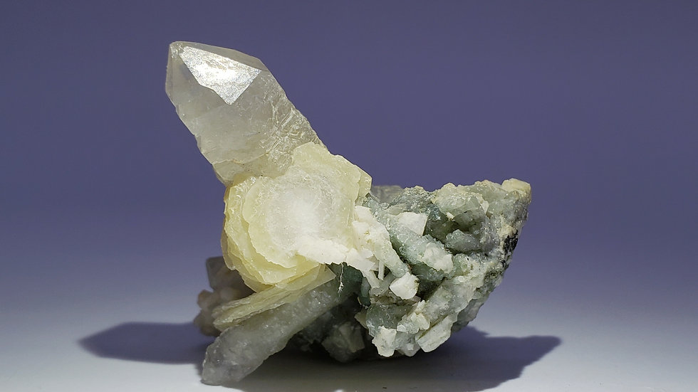 Chlorite Included Quartz with Calcite and Dolomite from Huanggang Mine