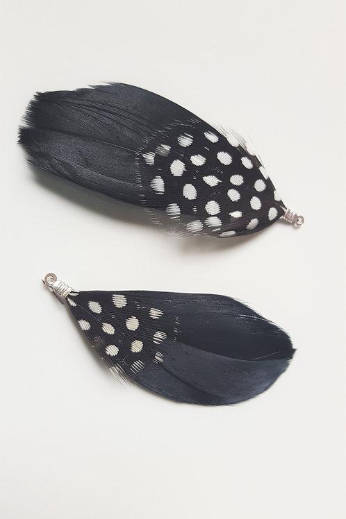 La paire de plumes noir motif à pois blanc
