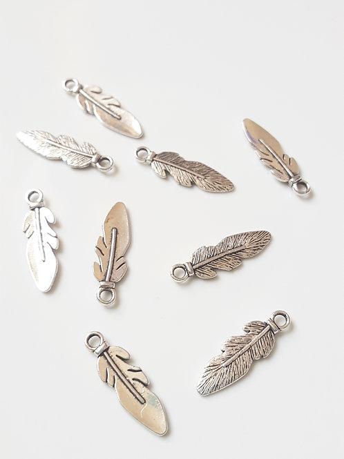 Breloque plume en métal argenté