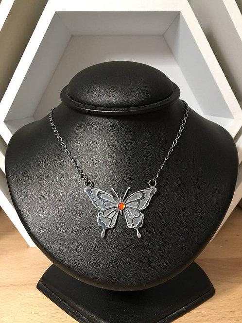 Le collier avec un pendentif papillon en argent 925 et Cornaline