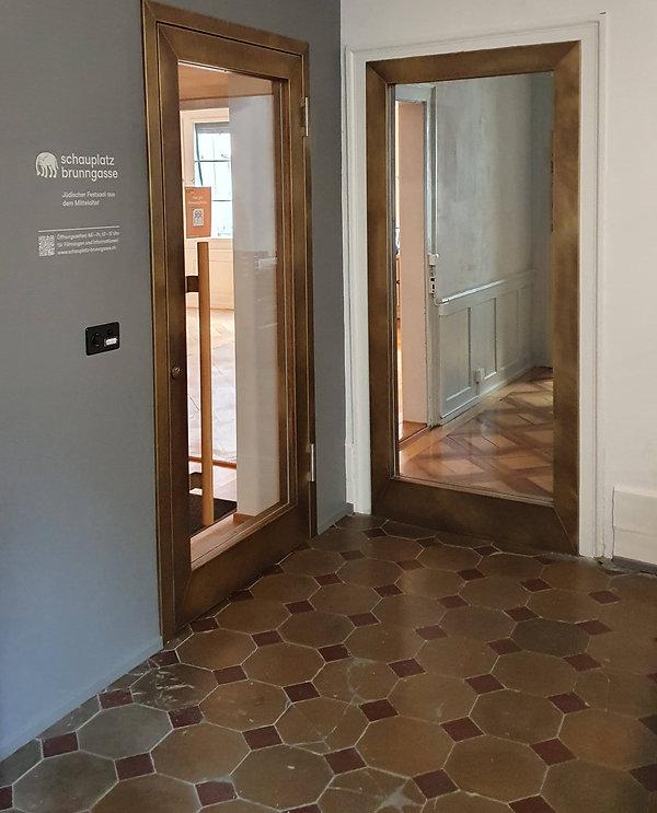 Türe in Messing brüniert Brunngasse 8, Jüdisches Museeum