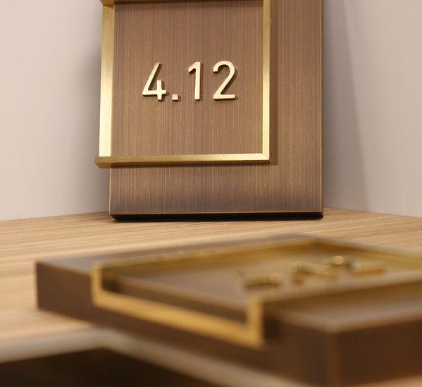 Raum Nummerbeschriftung in Messing brüniert, mit aufgesetzten Buchstaben in Goldfarbe