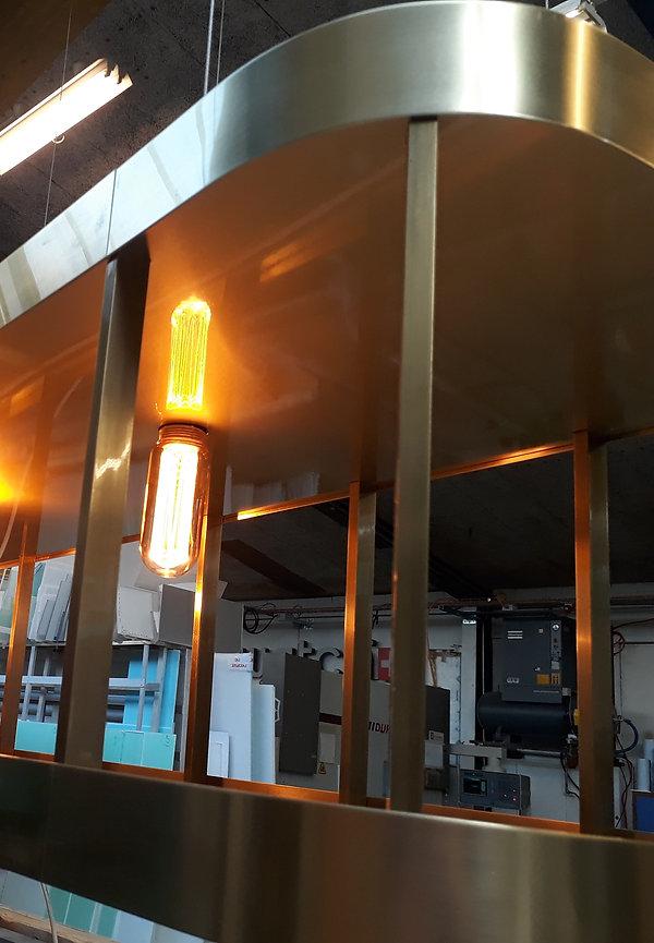 Leuchter oberhalb einer Bar, mit der Möglichkeit Gläser im Leuchter abzustellen ca. 3 meter Lang.