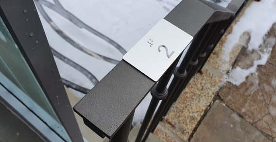 Handlaufbeschriftung ÖV Braille und Reli