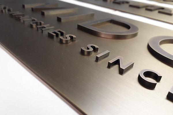Messing Buchstaben Logo brüniert und sehr fein