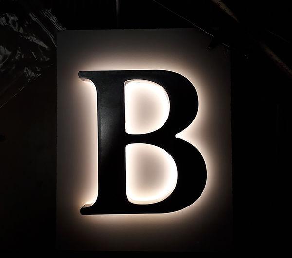 Leuchtreklame Luzern rückwärts leuchtendes B