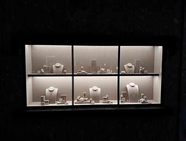 Ansicht einer Wandvitrine im Juwelier KURZ in Basel