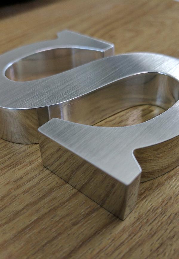 Exklusive High End Buchstaben in metall, mit polierten Zargen und geschliffener Front- 20mm dick