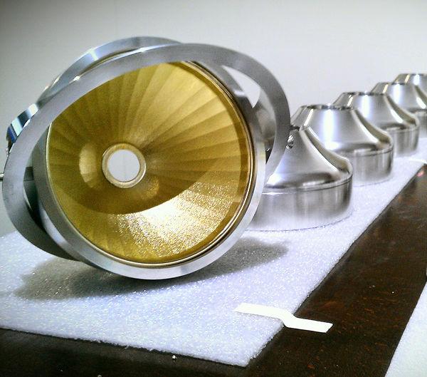 Lampe mit goldenem Reflektor in Aluminium blank - Leuchtmittel noch nicht montiert