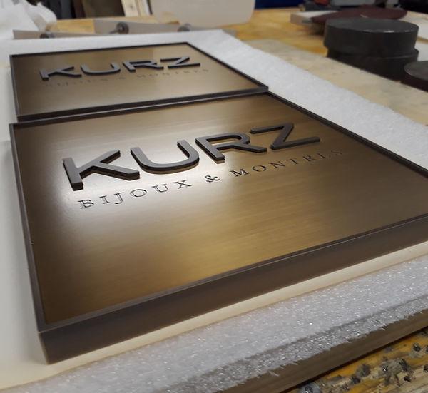 Türgriff von Juwelier KURZ in Messing, schrift dunkel brüniert, Türgriff hell 20x20cm