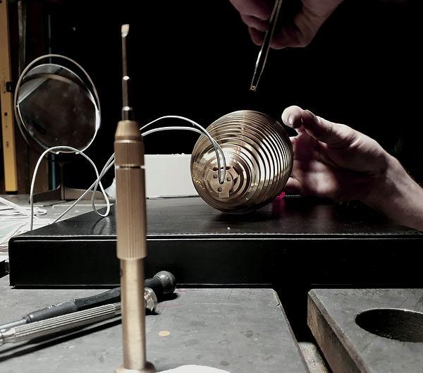 Designer Leuchten - Detail von der Endmontage mit kleinen M2 Schrauben und Pinzette