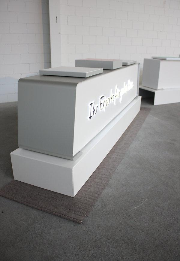 Möbel für die Audika Schweiz in metall, teile weis lackiert mit Inseln für Produktauslage