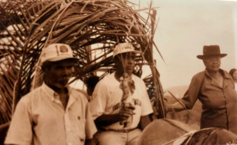 Vaqueiros com a santa em carroça enfeitada