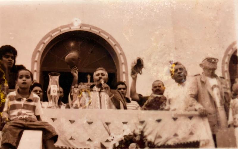 Padre com o Gibão de Couro celebrando a missa do vaqueiro