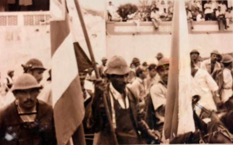 Vaqueiro carregando bandeiras do estado e da cidade