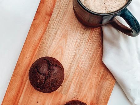 Muffins esponjosos de chocolate, sin gluten, sin azúcares refinados y sin lácteos