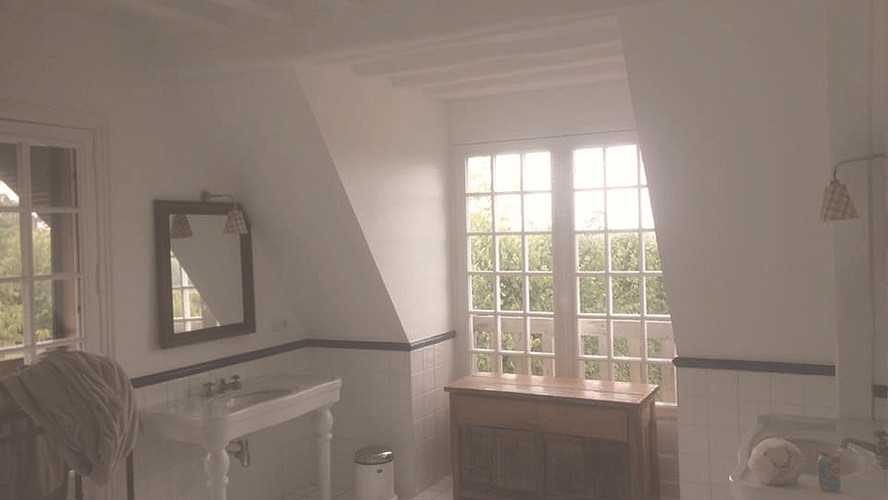 Peinture, murs et plafond avec poutres en chêne