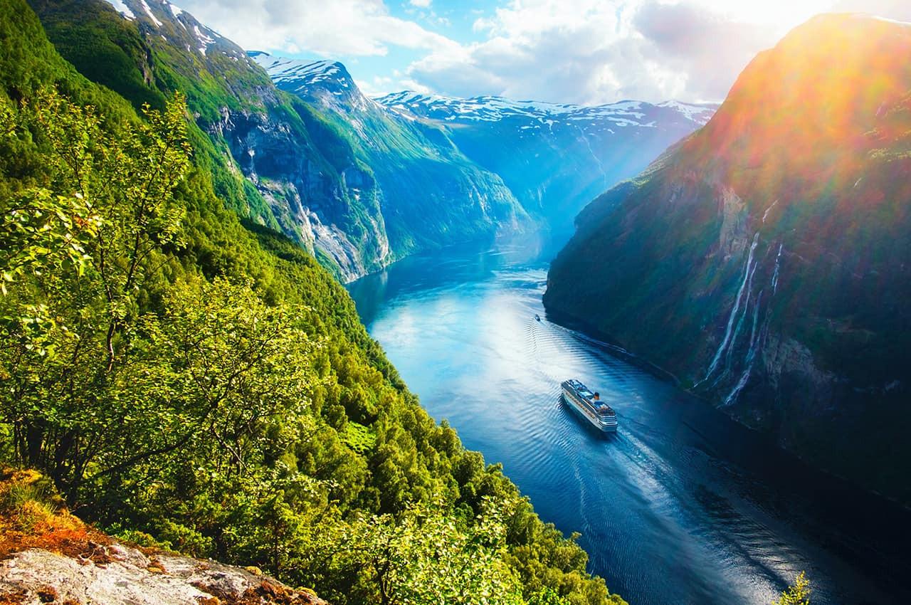 Sunnylvsfjorden,_na_região_de_Geiranger_