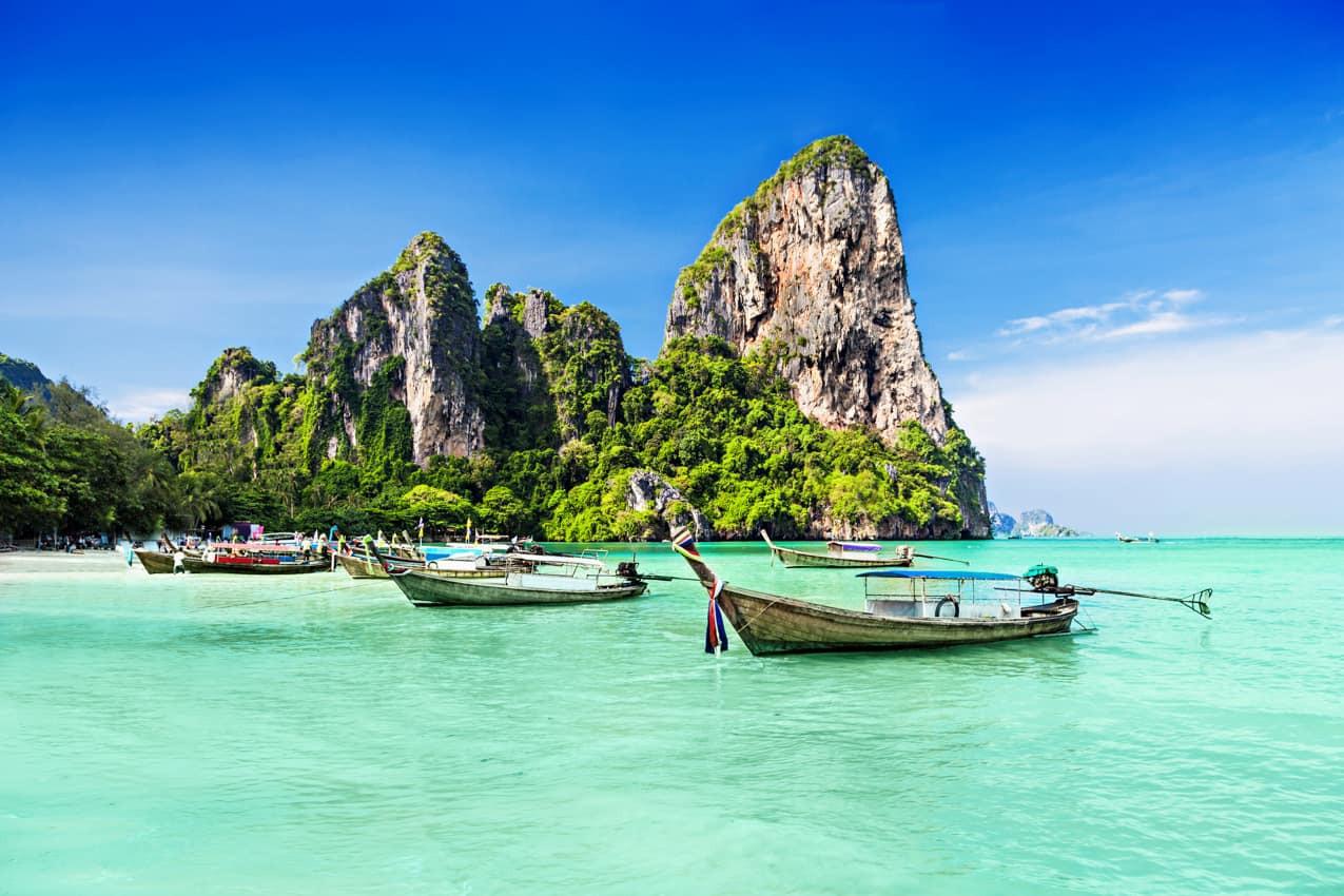 Barcos_típicos_Maya_Bay,_Tailândia.jpg
