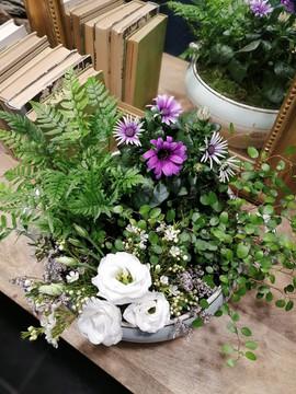 Soupière composée de plantes vertes, fleuries et fleurs piquées | Fleurs Vagabondes