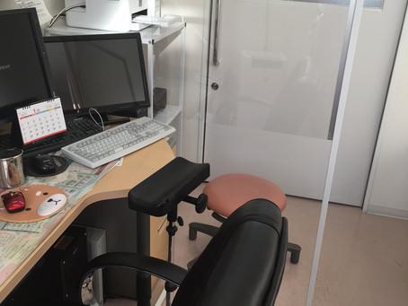 【アクリル板・診察室】血圧測定もできます。