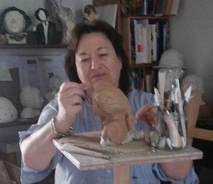Mireille Mourot_en train de sculpter Pet